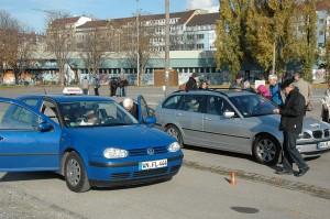 Foto eines Bremsversuches mit einem der beiden Fahrschulautos